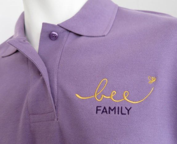 Bee-Family wurde auf Polo-Shirts auf der Brust und gross auf dem Rücken gestickt.