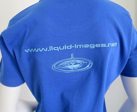 Auf Unterwasser-Videos spezialisierte Firma lässt bei uns die T-Shirts auf der Front- und Rückseite besticken.