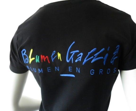 Diese grosszügige Stickerei wurde nicht nur für die T-Shirts sondern für die gesamte Arbeitsbekleidung verwendet.