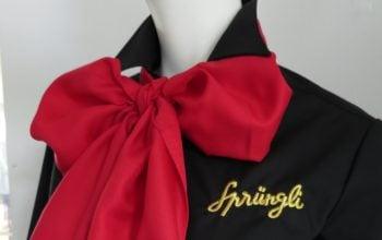 Damenblusen, Polos und Jacken wurden sorgfältig mit dem Sprüngli Logo bestickt.