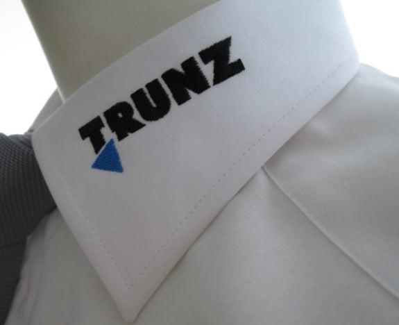 Hemdenkragen besticken erfordert exaktes Arbeiten. Die Firma Trunz ist ein zufriedener Kunde von uns.