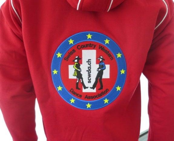Sehr grosse Rückenstickerei, auf der Front der Jacke jeweils der Einzelname.