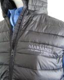 Daunenjacken sind empfindlich zu sticken und erfordern viel Erfahrung und Geschick. Wir sticken Jacken für Berufsbekleidung und Firmenkleider.