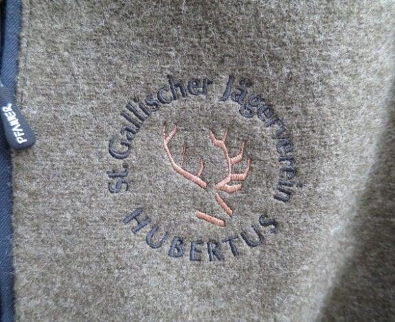 Dieses Logo haben wir auf hochwertige Lodenjacken appliziert.