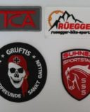 Gestickte Labels oder Abzeichen produzieren wir in unserer eigenen Stickerei in Wittenbach auf einem hohen Qualitätsstandard.