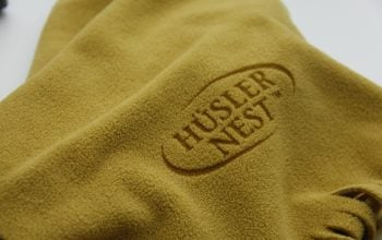 Feine Fleece-Schals repräsentieren die Firma Hüsler-Nest.